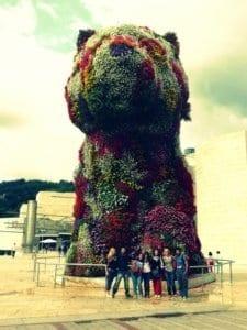Estudiantes de español en el Guggenheim, con Puppy